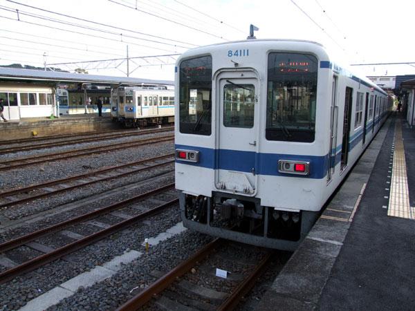 寄居駅にて。手前から東武鉄道、秩父鉄道5000形(旧東京都交通局6000形)、1000形(旧国鉄101系)です。  秩父鉄道は色々な車両のバリエーションがあり、鉄道ファン